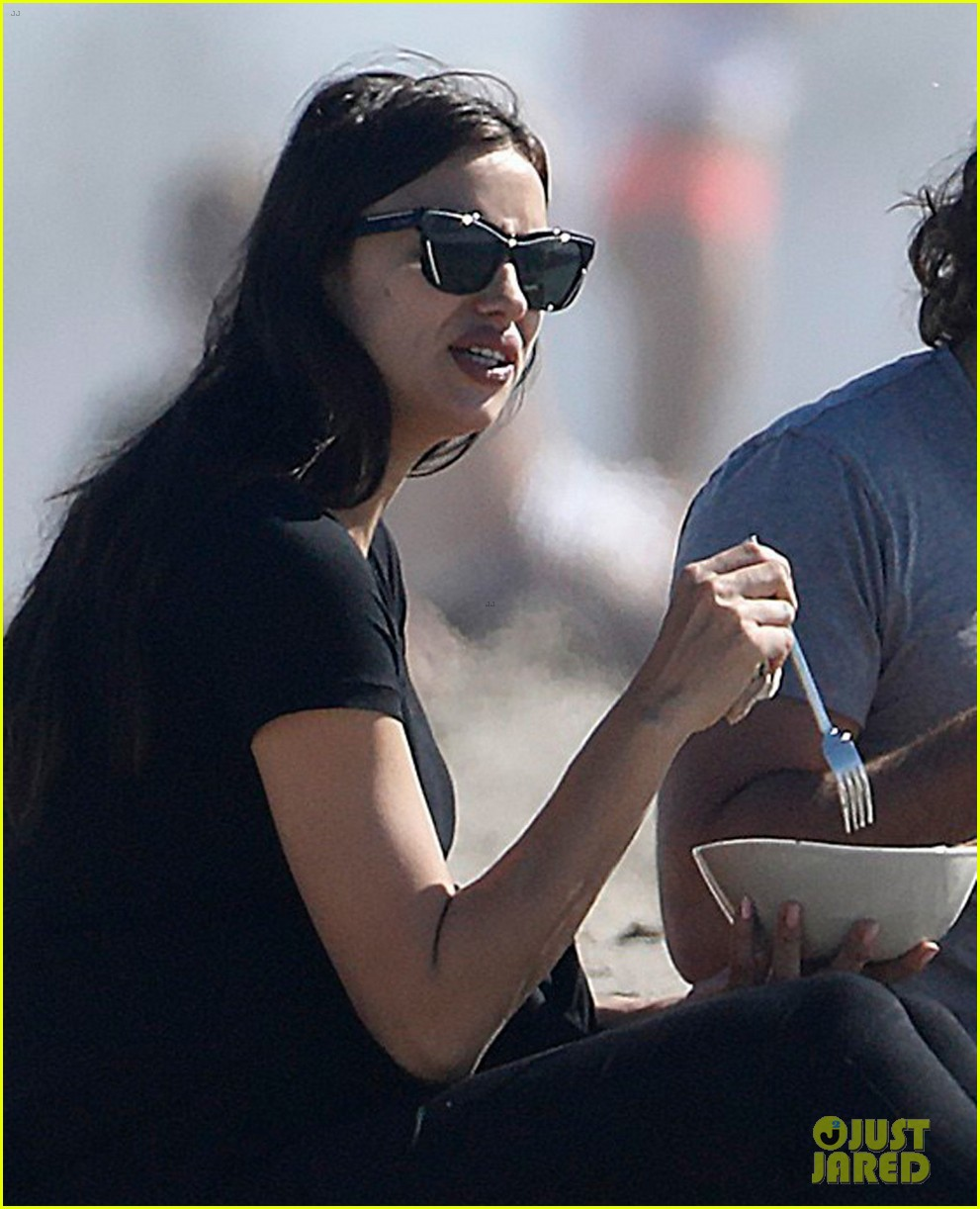 bradley-cooper-pregnant-irina-shayk-spend-a-romantic-day-at-the-beach-07