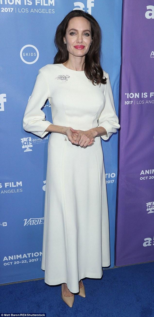 Джоли вышла в свет в «платье невесты», а ее дочь — в мужском костюме — фото
