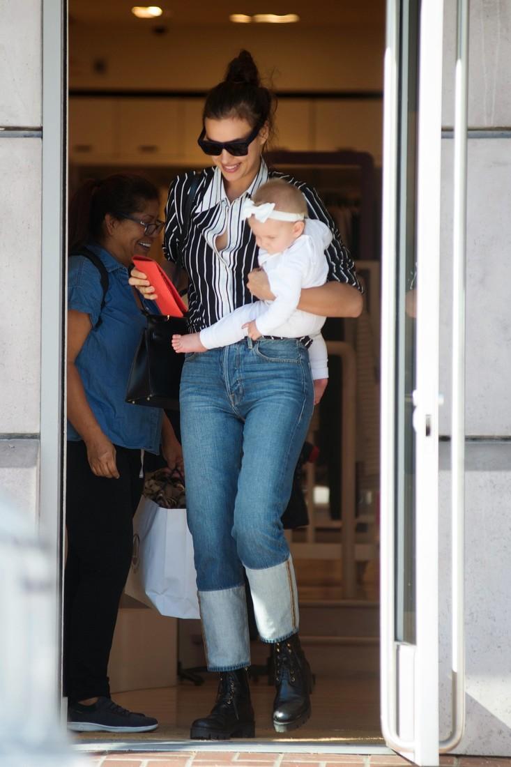 Ирина Шейк умилила новым выходом с маленькой дочкой — фото