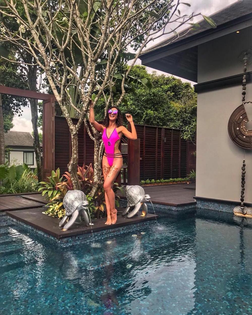 Бузова выгуливает откровенные купальники на отдыхе с известным мужчиной — фото