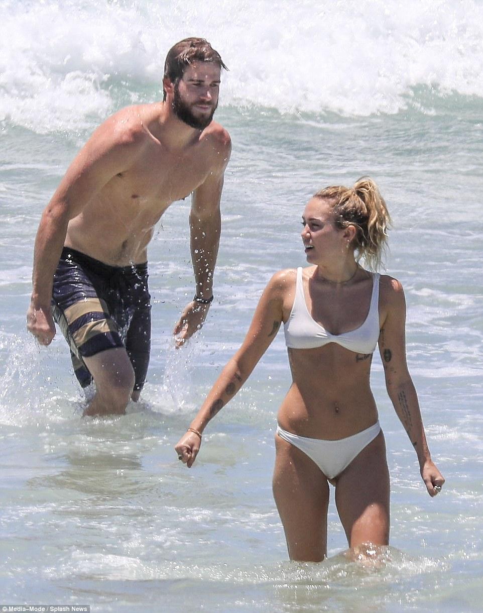 Майли Сайрус и Лиама Хемсворта запечатлели на пляже — фото