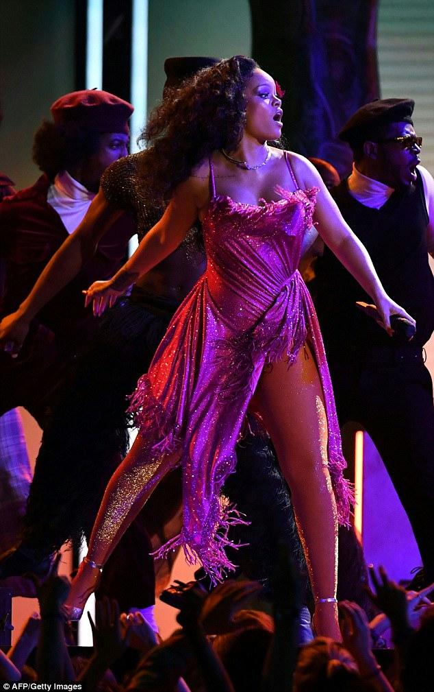 Пышнотелая Рианна взорвала интернет дикими танцами на Grammy — фото
