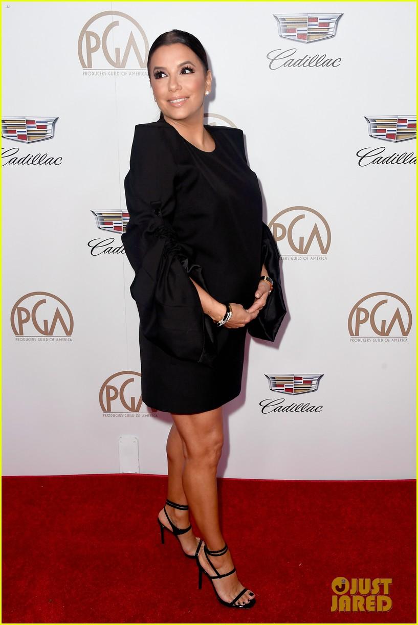 42-летняя Ева Лонгория выгуляла беременный животик в черном мини — фото