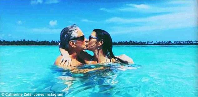 73-летний Дуглас и 48-летняя Зета-Джонс показали любовь на отдыхе — фото