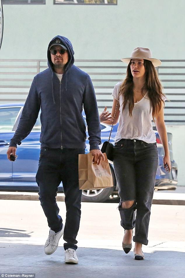 43-летний ДиКаприо прогулялся под руку с новой девушкой — фото