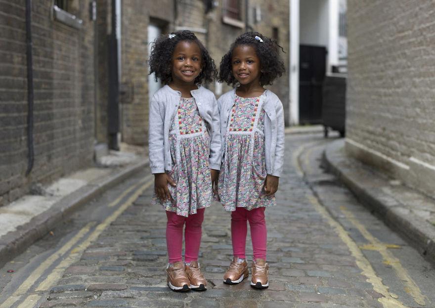 Портреты идентичных близнецов показывают, насколько они разные — фото