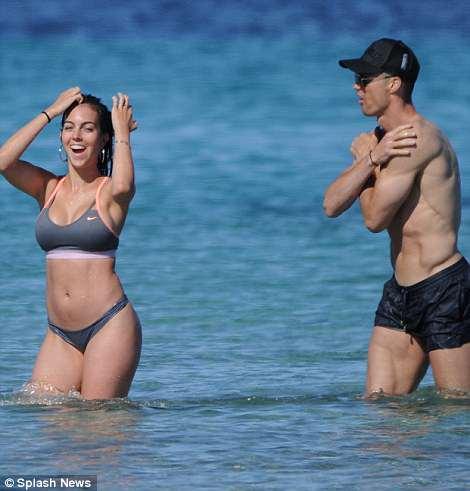 Роналду и Джорджина Родригес показали идеальные тела и любовь на пляже — фото
