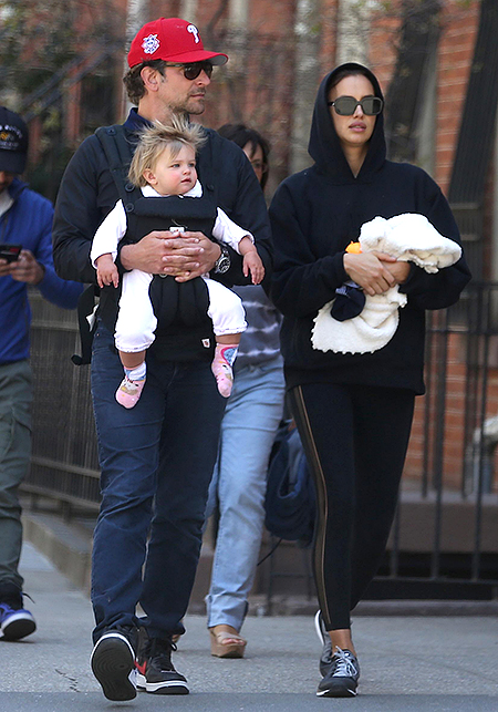 Шейк и Купер выгуляли дочку на детской площадке — фото