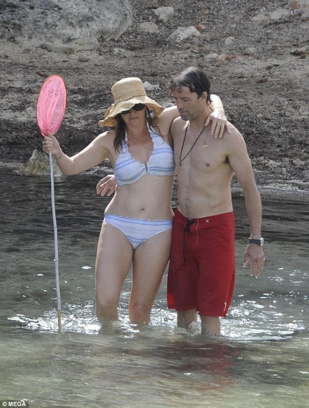 42-летняя Кейт Уинслет с мужем на пляже — фото