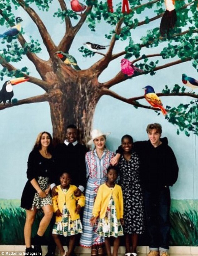 Мадонна впервые показала всех своих шестерых детей — фото