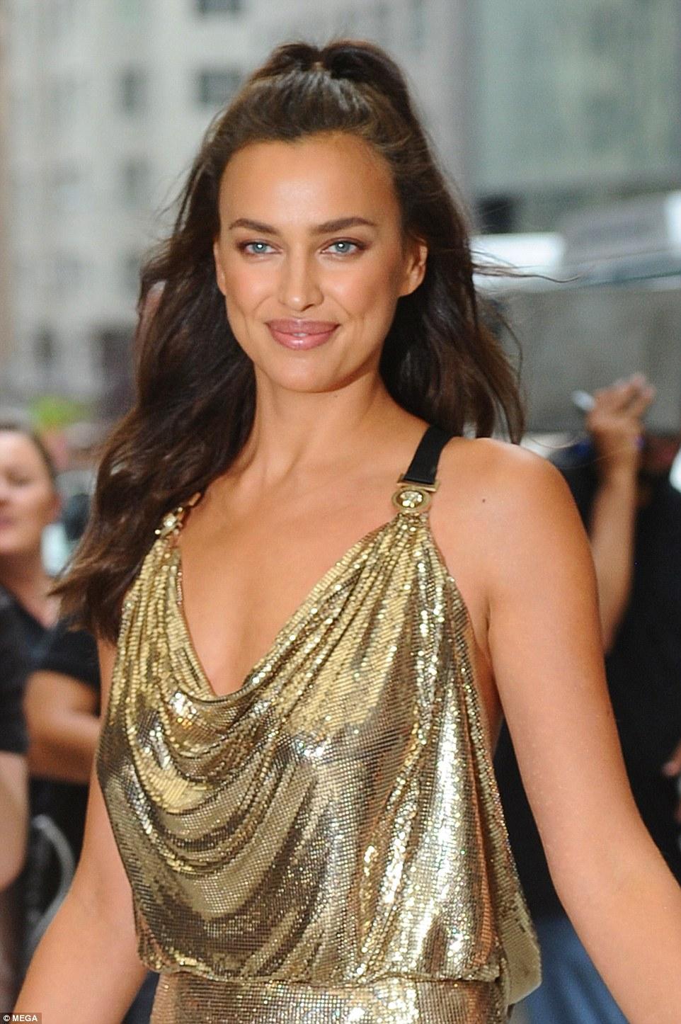 Известные модели пренебрегли нижним бельем на Fashion Media Awards — фото