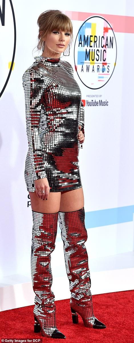 Удачные и не очень наряды звезд на American Music Awards — фото