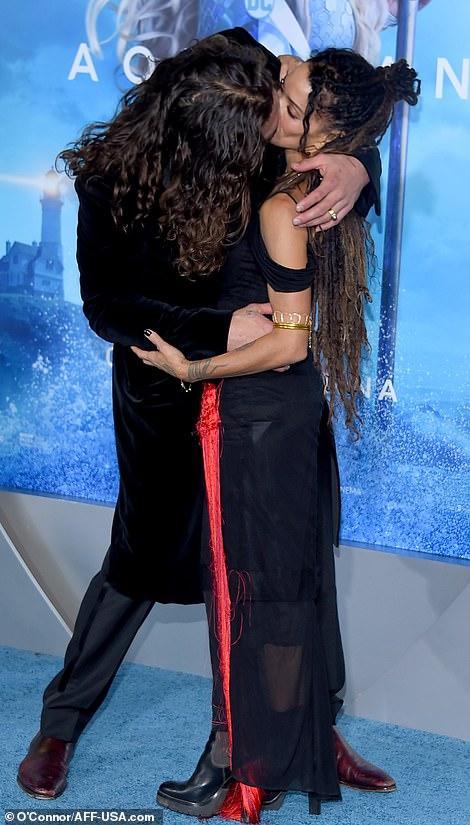 39-летний Джейсон Момоа не мог оторваться от 51-летней жены на премьере «Аквамена» — фото