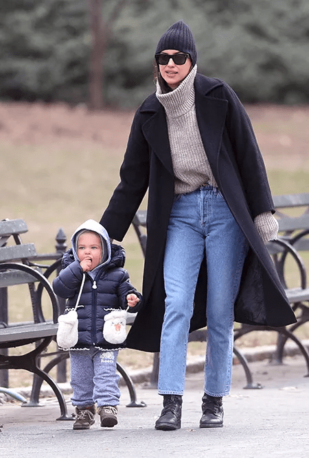 Ирина Шейк с мамой и дочкой сходили в зоопарк — фото