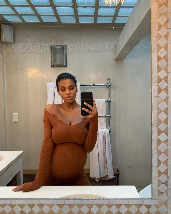 Молода жена Венсана Касселя посещает модные шоу на последних месяцах беременности — фото