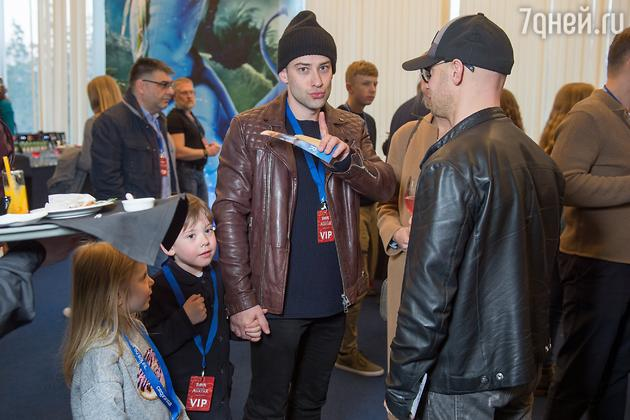 Дмитрий Шепелев вышел в свет с сыном и своей возлюбленной