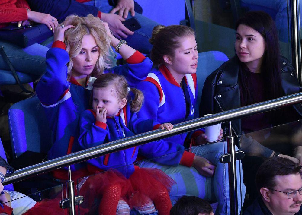 Певица Пелагея впервые вышла в свет с дочкой от молодого хоккеиста — фото