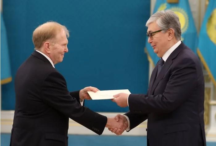 Казахстан фотошопит своего нового президента и даже не скрывает это
