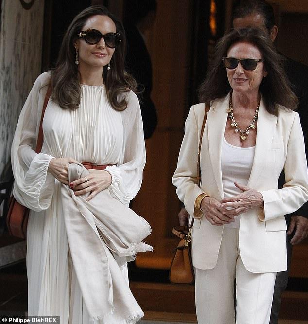 Анджелина Джоли излучает гламур в летящем белом платье в Париже — фото