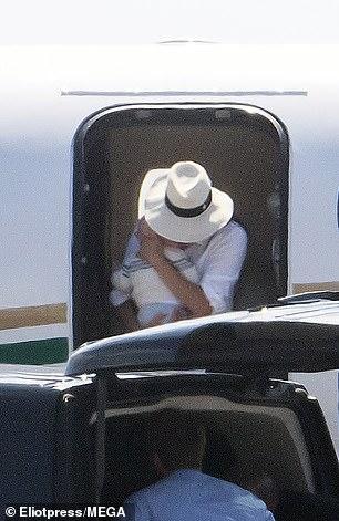 Принц Гарри и Меган с 3-месячным сыном улетели в Ниццу — фото
