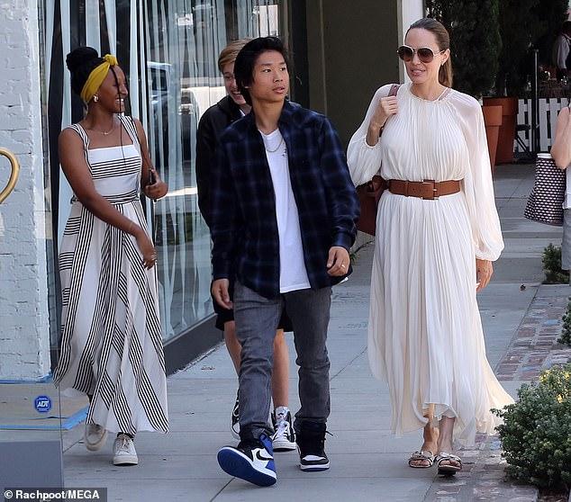 Джоли отдает свои платья приемной дочке, пока родная ходит как мальчик