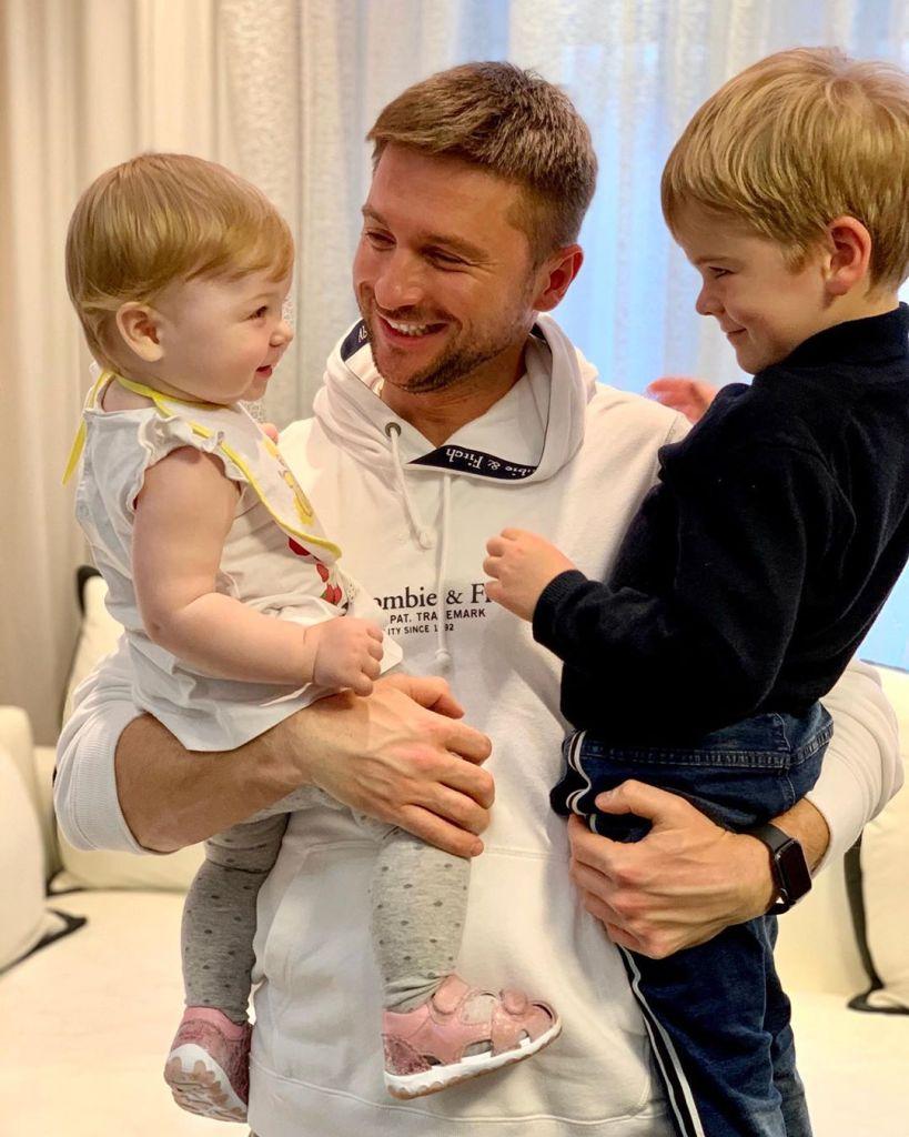 На новом фото годовалая дочь и 5-летний сын Лазарева очень похожи
