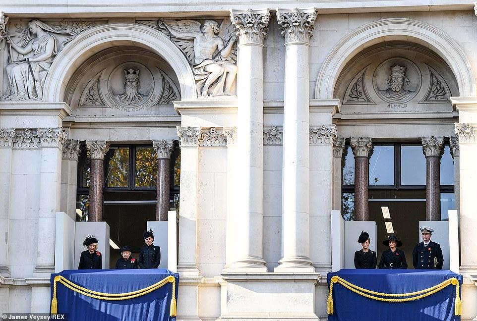 Меган Маркл и Кейт Миддлтон расставили по разным балконам — фото