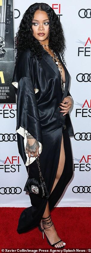 Рианна вышла в свет  в шелковом платье с экстремальными разрезами — фото