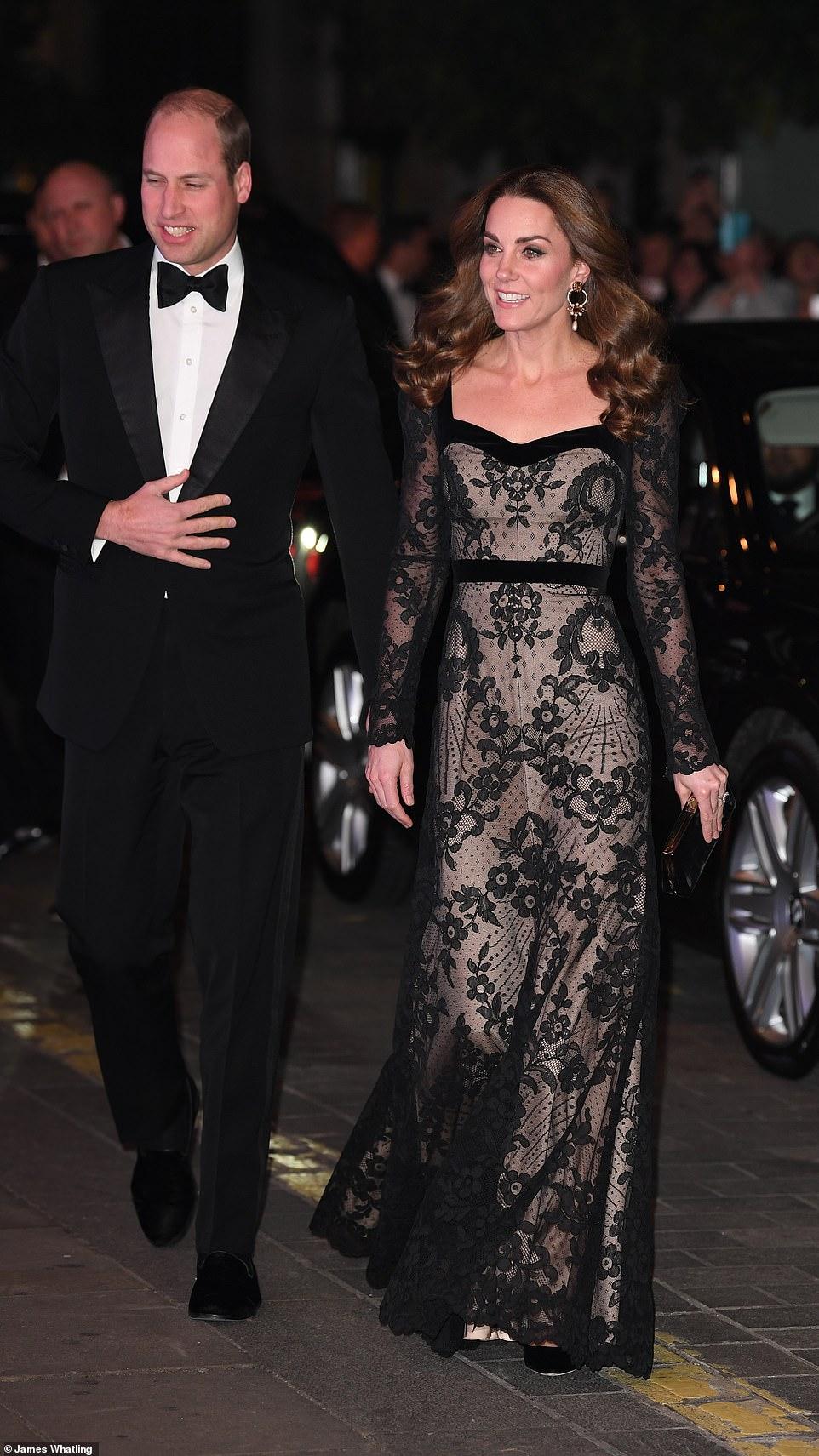 Кейт Миддлтон вышла в свет в платье с «голым эффектом» — фото