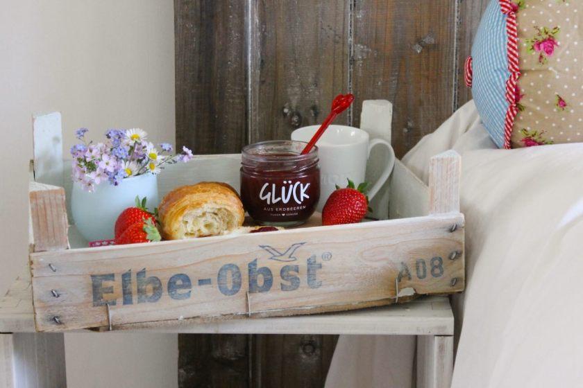 Upcycling DIY: So wird aus einer Obstkiste ganz schnell ein Tablett.