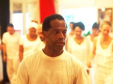 """April 23: Workshop Kraft der Götter Workshopleiter: Murah Soares Sonntag, 23. April 2017 12:00 bis 16:00 Uhr Bitte in weißer Kleidung - Frauen mit weißem Rock – erscheinen. Dieser Workshop führt ein in die rituellen Tänze und Gesänge der verschiedenen afro-brasilianischen Religionen. Es handelt sich um einen Workshop voller Energie und Lebendigkeit. Im Candomblé hat jeder Orixá hat einen charakteristischen Erkennungsrhythmus, einen aufrufenden Gesang und einen Tanz. Diese uralte und höchst effektive 'schamanische Technik' führt nicht selten zu einer Art Kommunikation zwischen Gott und Mensch. Der Gott steigt ab in den Menschen und der Mensch steigt zur """"Gottheit"""" empor. Man """"tanzt mit den Göttern"""" Mehr Infos: http://afropolitan.berlin/veranstaltungen-2/ oder 030 - 780 960 54 oder per Email info@afropolitan.berlin Anmeldung ab sofort unter: info@afropolitan.berlin"""