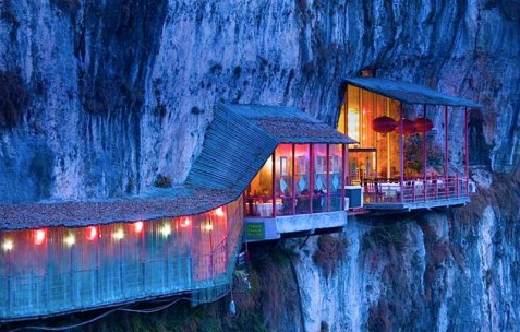 Dining Fanweng hanging Restaurant is located in the Happy Valley of the Xiling Gorge near the city of Yichang