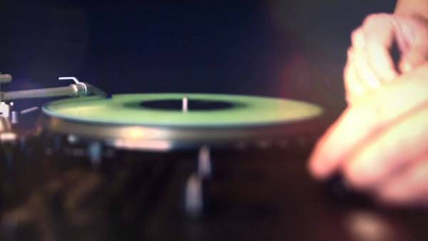 レコードでアクションゲーム?レコード針をレーシングカーに見立てたDJゲームアプリがなかなか面白い