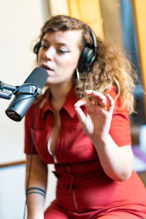 manon cluzel chanteuse sounds so beautiful