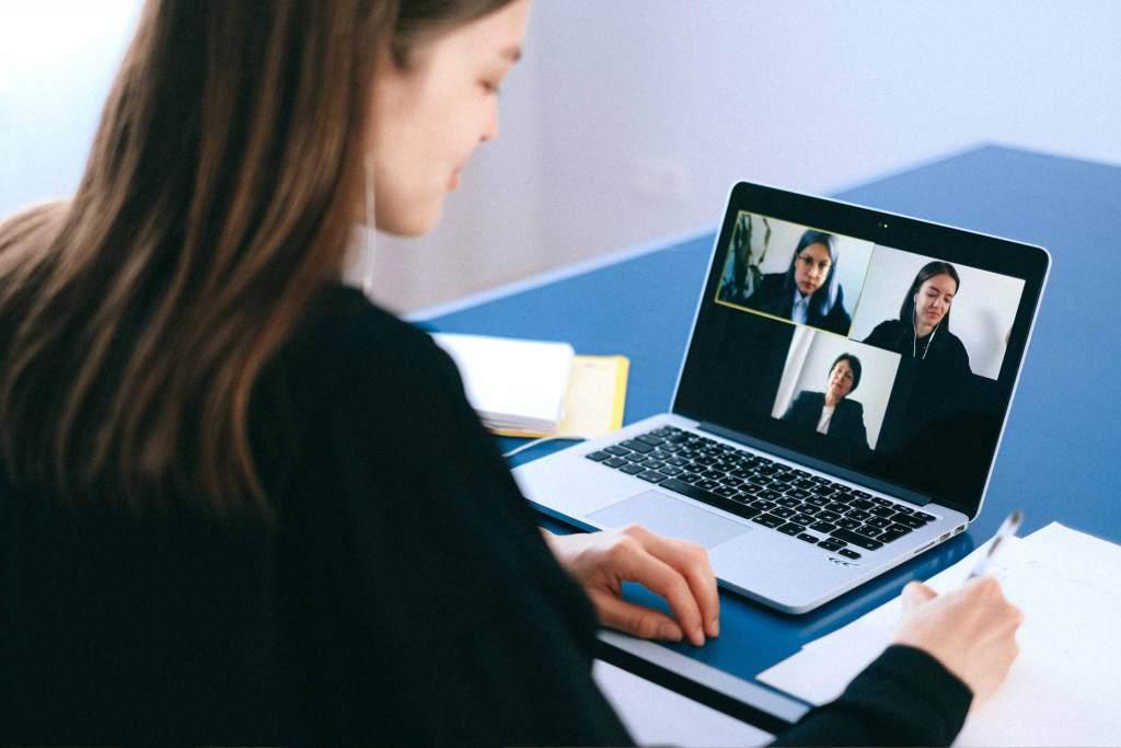 Mulher a fazer videoconferência