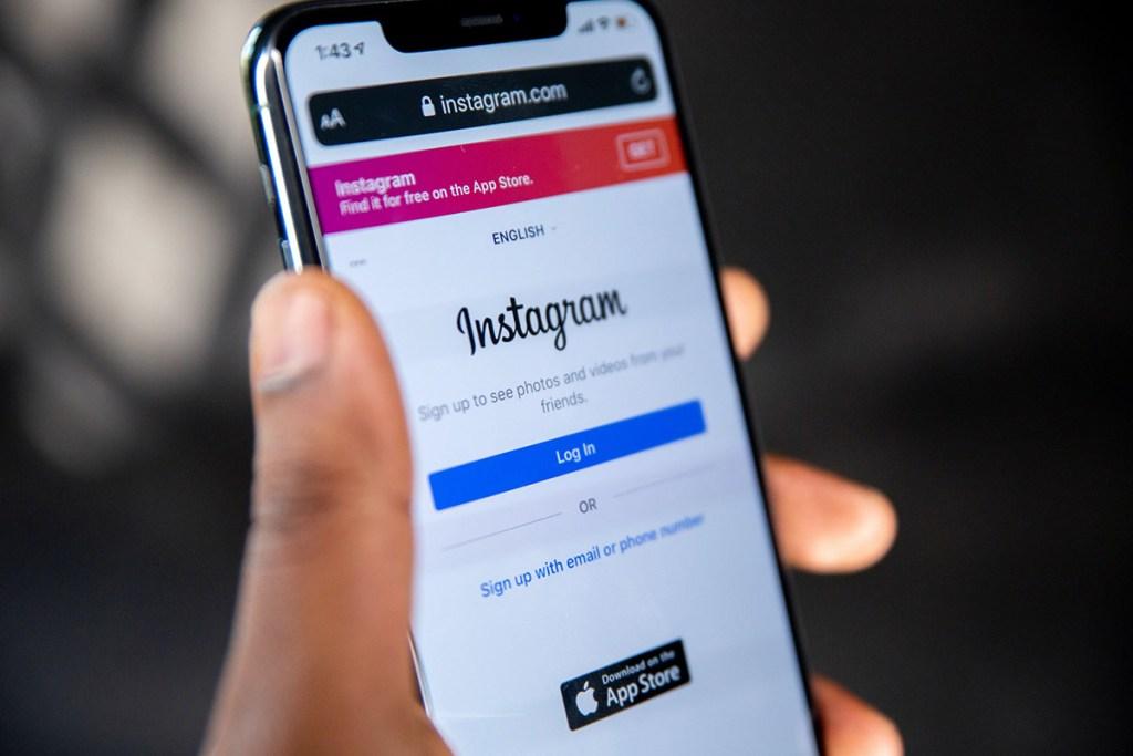 Pessoa a segurar smartphone com instagram no ecrã