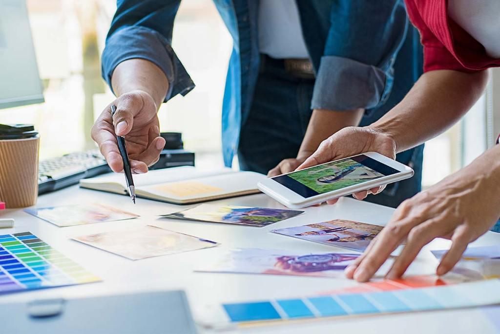 Equipa de startup a discutir ideias de branding no escritório