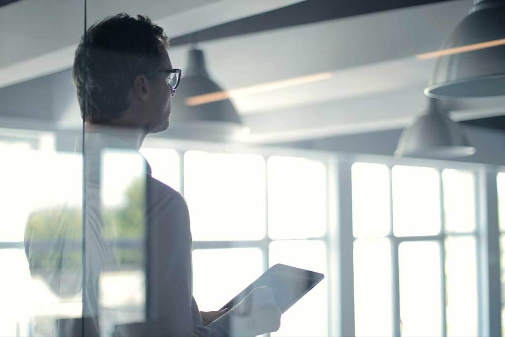 Homem com tablet no escritório
