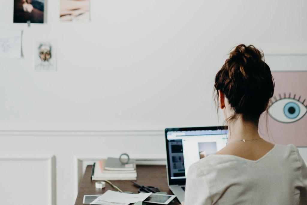 Mulher a trabalhar no laptop