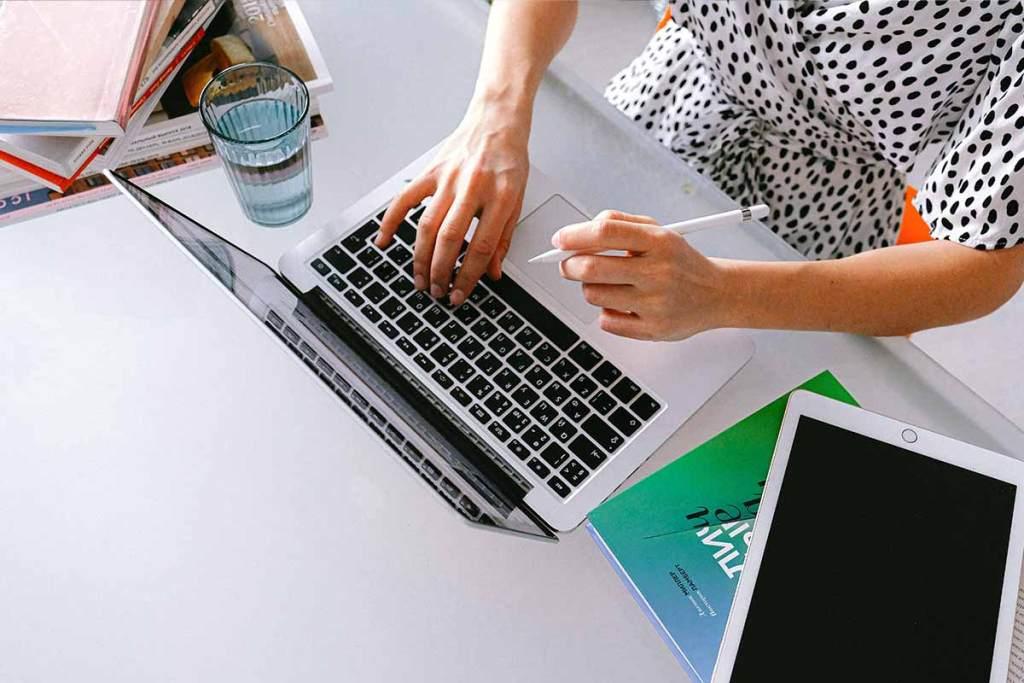 Jovem empreendedora a trabalhar no portátil