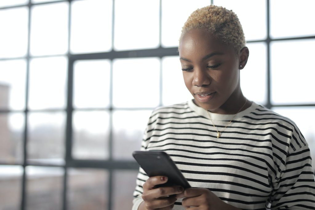 Mulher jovem com smartphone