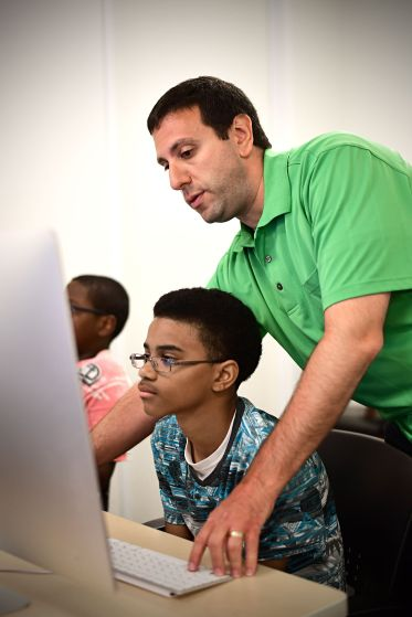 Dave Cooperstein, senior creative designer with PGAV, works with Alberti students in Givens Hall. (Photo: James Byard/Washington University).
