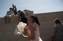 Tobie Soumekh (center) prepares her kite for flight. (Photo: Sid Hastings/Washington University)
