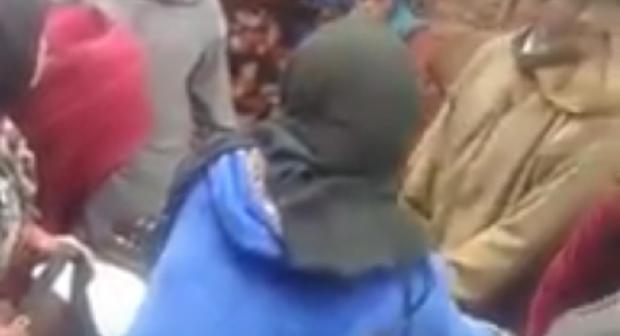 """بالفيديو أزيلال: نقل حامل على """"محمل"""" بسبب غياب الطريق والقنطرة"""