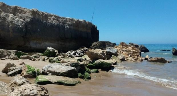 والي أكادير يأمر بفتح تحقيق حول تخريب صخور شاطئ