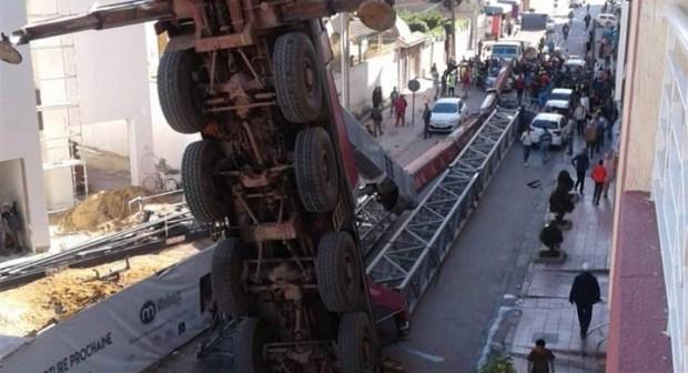 بالصور: سقوط رافعة بمدينة القنيطرة يخلف خسائر كبيرة