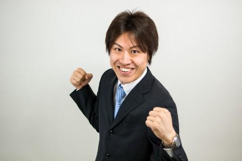 ガッツポーズする男
