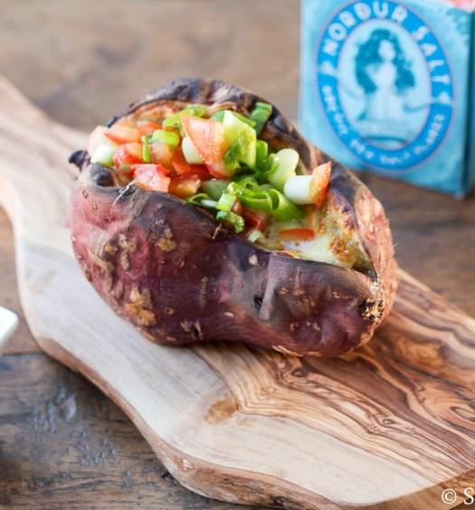 Zoete aardappel uit de oven met mozzarella en tomatensalsa
