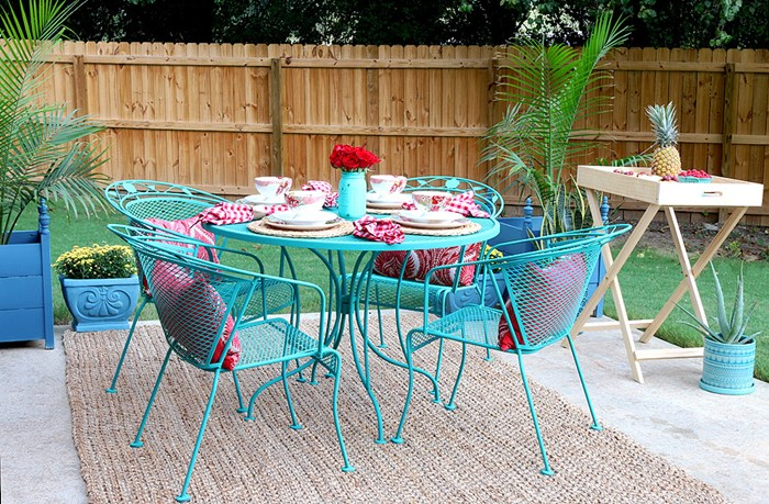 DIY Queen Jen Woodhouse Made Over A Vintage Metal Patio Set With Bright  Turquoise Chalk Paint And Look How Cute Her Backyard Space Looks With All  Those ...