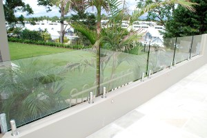 Residential stainless fencing with glass panel